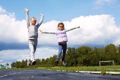 Девушки скача в стадион Стоковое Фото