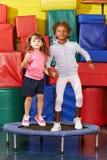 Девушки скача на батут в preschool Стоковые Изображения RF