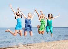 Девушки скача на пляж Стоковые Фотографии RF