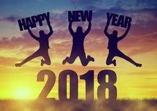 Девушки скачут вверх пока празднующ Новый Год 2018 Стоковое Фото