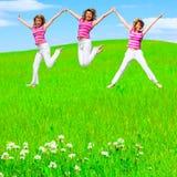 девушки скачут лужок Стоковое Фото