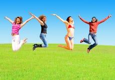 девушки скачут лужок Стоковая Фотография