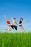 девушки скачут лужок Стоковые Фото