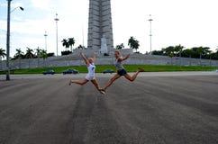 Девушки скачут на улицу Стоковые Фото