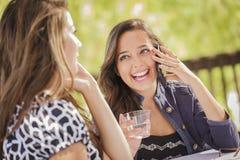 Девушки смешанной гонки говоря на их передвижных сотовых телефонах Стоковая Фотография RF