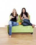 девушки смеясь над наблюдать tv стоковое изображение rf