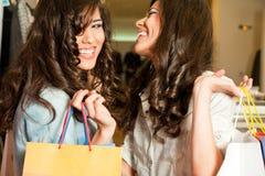 девушки смеясь над покупкой стоковое фото rf