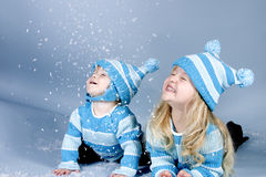 девушки смеясь над снежком 2 Стоковые Фото
