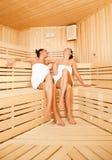 девушки смеясь над sauna Стоковое Изображение RF