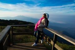 Девушки смотрят к небу Стоковые Фотографии RF
