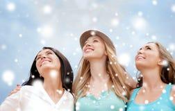 Девушки смотря вверх в небе Стоковые Фото