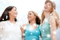 Девушки смотря вверх в небе Стоковые Фотографии RF