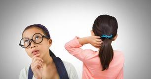 2 девушки смотря вокруг Стоковая Фотография