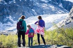 Девушки смотря ледник Стоковое Изображение RF
