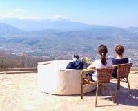 Девушки смотря на горе Стоковая Фотография RF