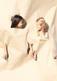 Девушки смотря через отверстия Стоковые Фото