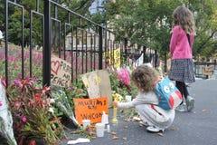 2 девушки смотря, что дани удостоить жертв стрельбы мечети Крайстчёрча стоковые изображения
