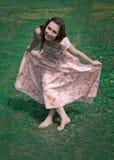 Девушки смычка смеясь над в розовом платье Стоковые Изображения RF