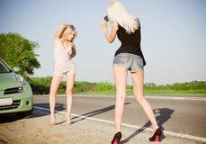 Девушки снимая около автомобиля Стоковые Изображения RF