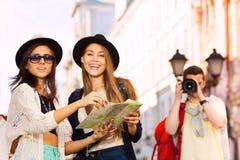 Девушки совместно держат карту города и стрельбу парня Стоковое Изображение RF