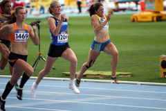 Девушки состязаются в 200 метрах гонки Стоковое Изображение