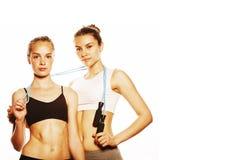2 девушки спорта измеряя изолировали на белизне Стоковая Фотография RF