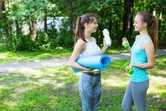 2 девушки спорт после разминки Стоковое Фото