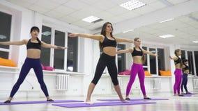 Девушки спорт тратят подогрев перед тренировкой сток-видео