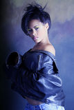 девушки способа афроамериканца кожа куртки черной высокая сняла подростковый носить Стоковое фото RF