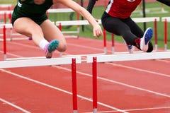 Девушки средней школы кудели участвуя в гонке барьеры Стоковое Изображение RF