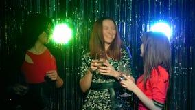 Девушки стоят с бокалами на рождественской вечеринке сток-видео
