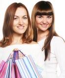 Девушки стоя вместе с хозяйственными сумками Стоковые Изображения