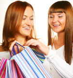 Девушки стоя вместе с хозяйственными сумками Стоковое Изображение