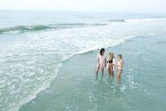 Девушки стоя в океане Стоковое Фото
