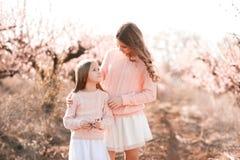 Девушки стоя в саде Стоковое Фото