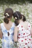 Девушки стоя в луге цветка Стоковые Фотографии RF