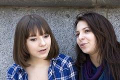 девушки стоя предназначенная для подростков стена 2 Стоковое Изображение