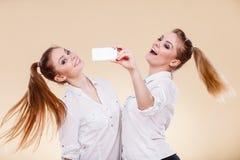 Девушки студента друзей принимая фото собственной личности с умным телефоном Стоковые Изображения RF