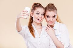 Девушки студента друзей принимая фото собственной личности с умным телефоном Стоковая Фотография RF