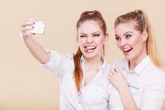 Девушки студента друзей принимая фото собственной личности с умным телефоном Стоковое фото RF