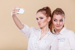 Девушки студента друзей принимая фото собственной личности с умным телефоном Стоковое Фото