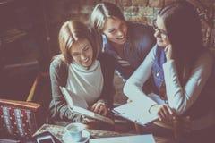 Девушки студентов читая совместно книгу Стоковое Изображение RF