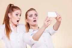 Девушки студента друзей принимая фото собственной личности с умным телефоном Стоковые Фотографии RF