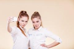 Девушки студента друзей принимая фото собственной личности с умным телефоном Стоковое Изображение RF
