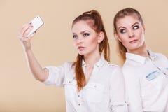 Девушки студента друзей принимая фото собственной личности с умным телефоном Стоковая Фотография