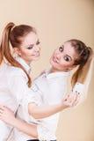 Девушки студента друзей принимая фото собственной личности с умным телефоном Стоковые Фото