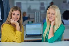 Девушки студента совместно в классе Стоковая Фотография