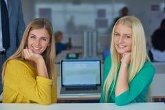 Девушки студента совместно в классе Стоковые Фото