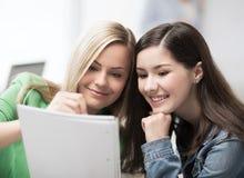 Девушки студента указывая на тетрадь на школу Стоковое Изображение