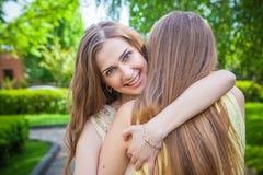 Девушки студентов имея потеху снаружи Стоковая Фотография